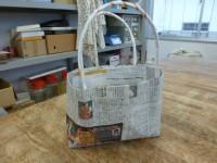 新聞で作ったエコバッグ。環境のことも考えています。
